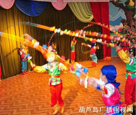 演出开始了,两个小报幕员首先出场,他们用稚嫩的童音说着朝语,和不熟练不标准的汉语报幕,他们有节奏的发音一词一句的,惹得人们开心得笑了起来。 接下来便是童声合唱《敬爱的金正日将军和我们在一起》节目是很精彩的,朝鲜民族是一个能歌善舞的民族,他们编排节目、以及表演的方式都与其他民族不同。至少在这些四、五岁的孩子演的节目中,许多在我们看来新颖、独特的动作都是从来没有见过的,其中洋溢着幽默和快乐。我一般很头疼国内的儿童表演,做出来的笑容和单调的形式,让我觉得那简直是摧残儿童和观众。但是,这里的孩子的笑容也是做出来的